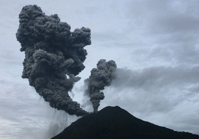 Thousands Flee As Indonesia Volcano Erupts Video