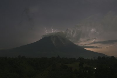 20130918 sinabung lightning