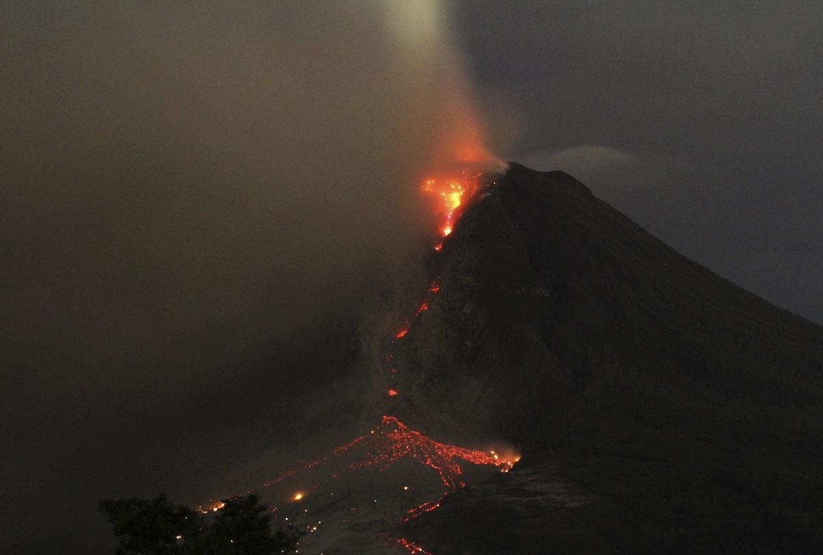 20140106 Sinabung at night