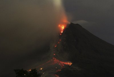 20140106 Sinabung at night