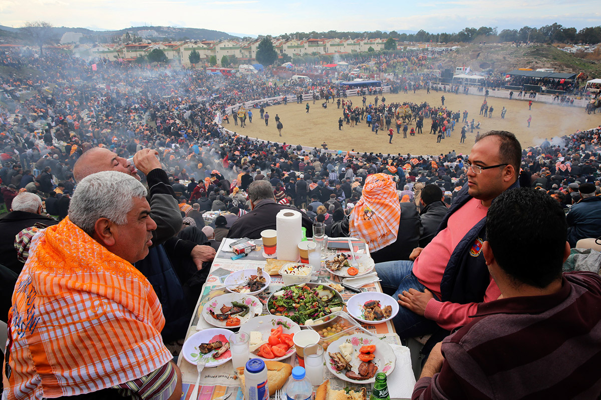 spectators eating