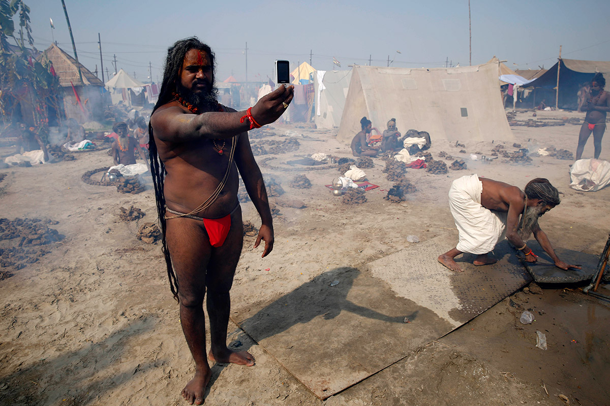 Hundreds of Thousands of Hindus Bathe in the Ganges during ...