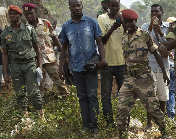 Crowds gather and take photos on their mobiles of man being stabbed by Central African Republic soldier