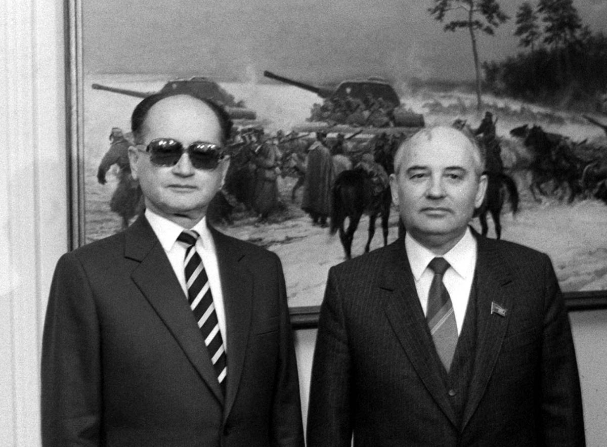 Wojciech Jaruzelski, who is accused of an affair, with former USSR leader Mikhail Gorbachov