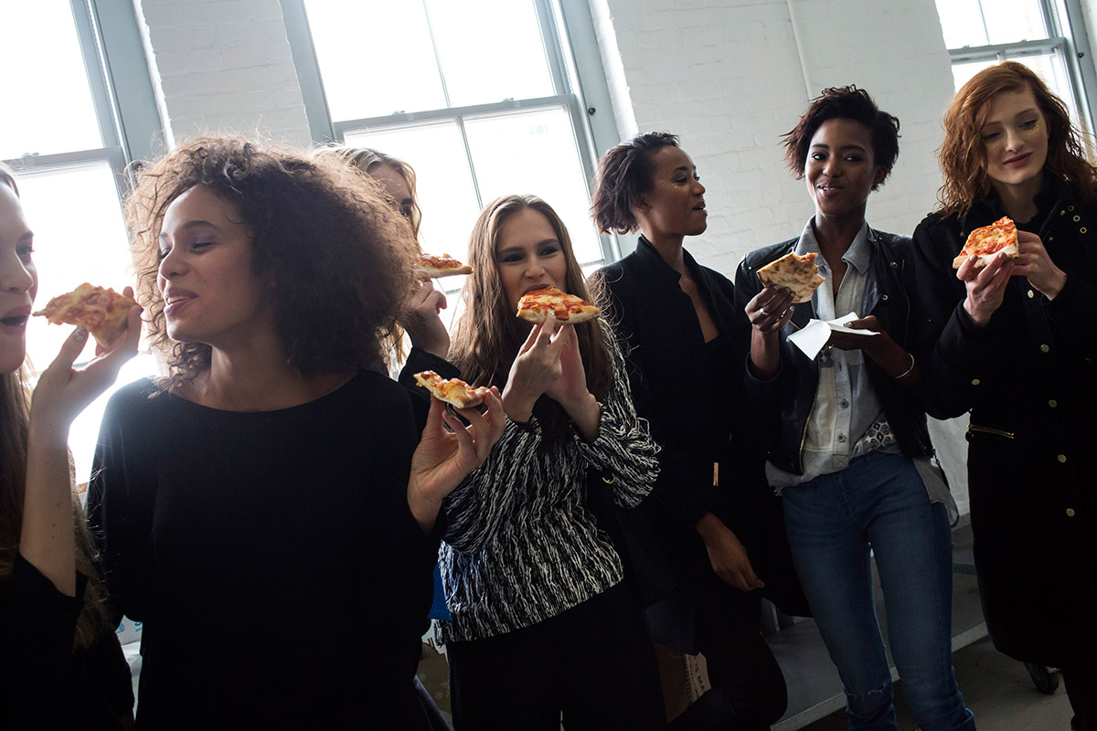 models eating pizza
