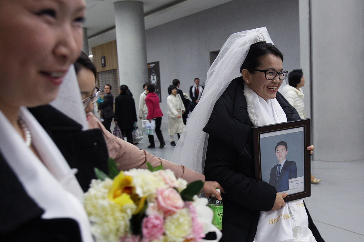 2,500 Couples Marry in Mass Wedding at 'Moonies' Church in ...