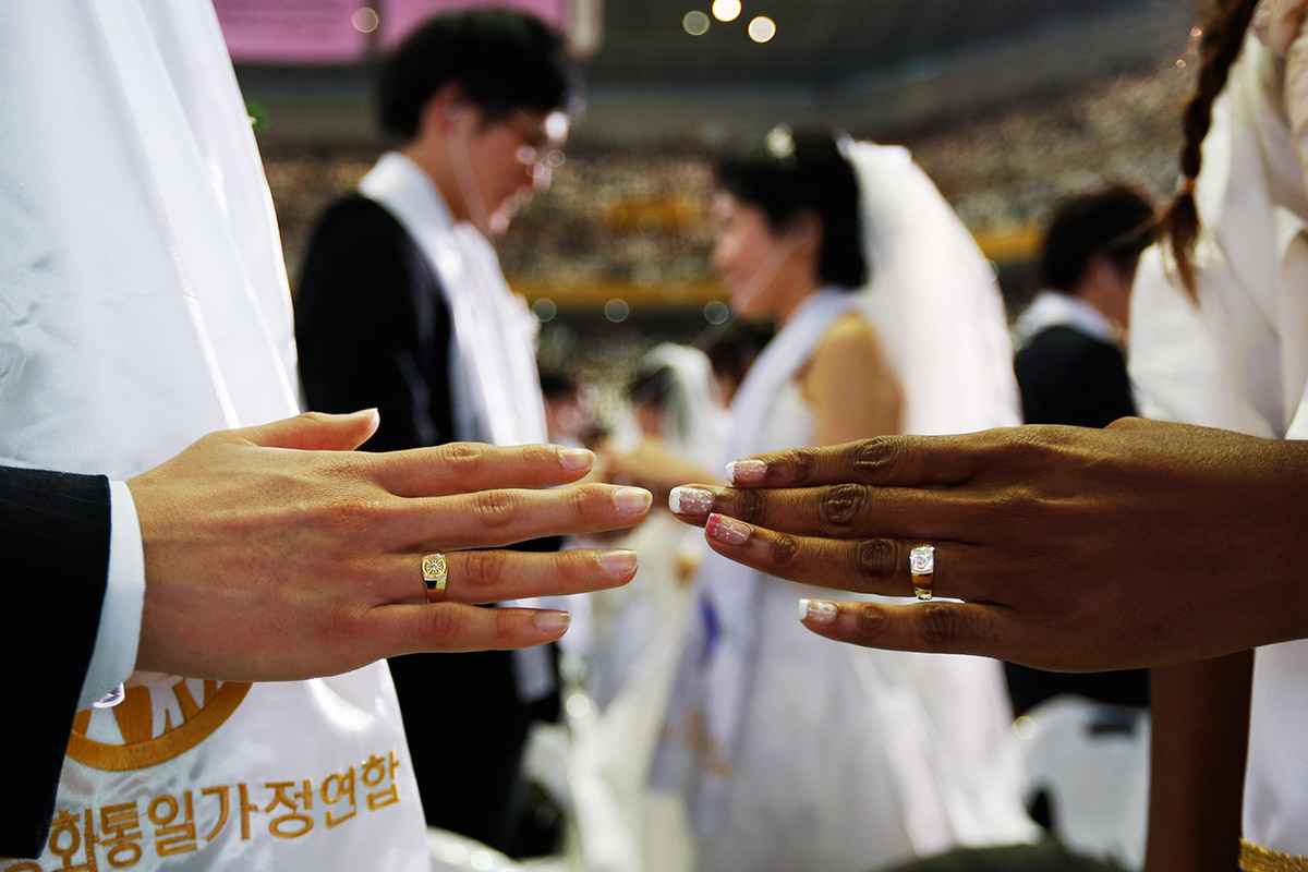 2500 Couples Marry in Mass Wedding at Moonies Church in South Korea