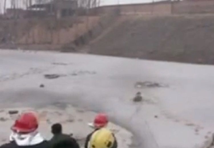 Dramatic footage of workers rescuing children from river