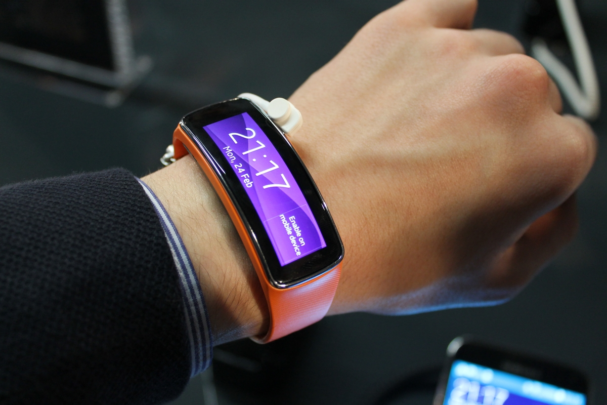 samsung gear fit less is more with samsung 39 s fitness tracker. Black Bedroom Furniture Sets. Home Design Ideas