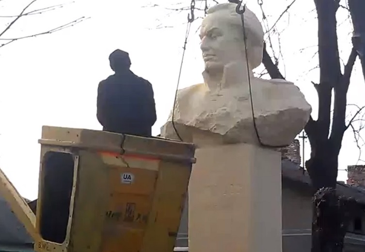 Russia angry as statue of Mikhail Kutuzov is taken down during revolution in Ukraine