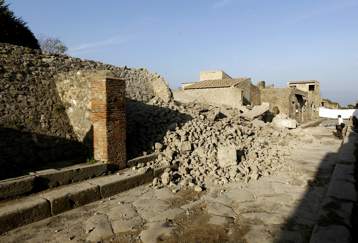 Pompeii collapse