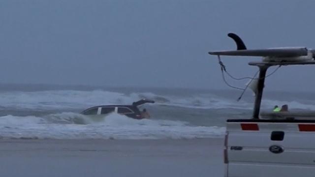 Rescuers Pull 3 Children from Minivan in the Ocean