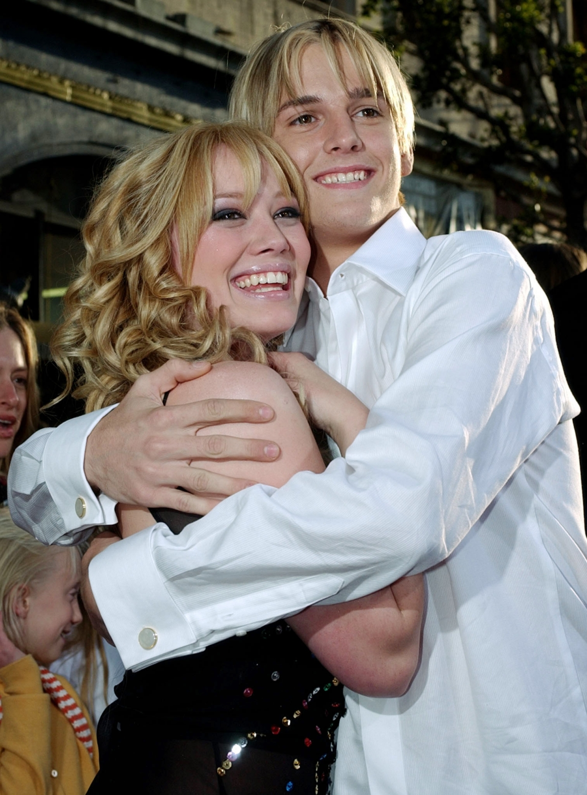 American singer Aaron Carter is desperate to reconcile with former girlfriend Hilary Duff.
