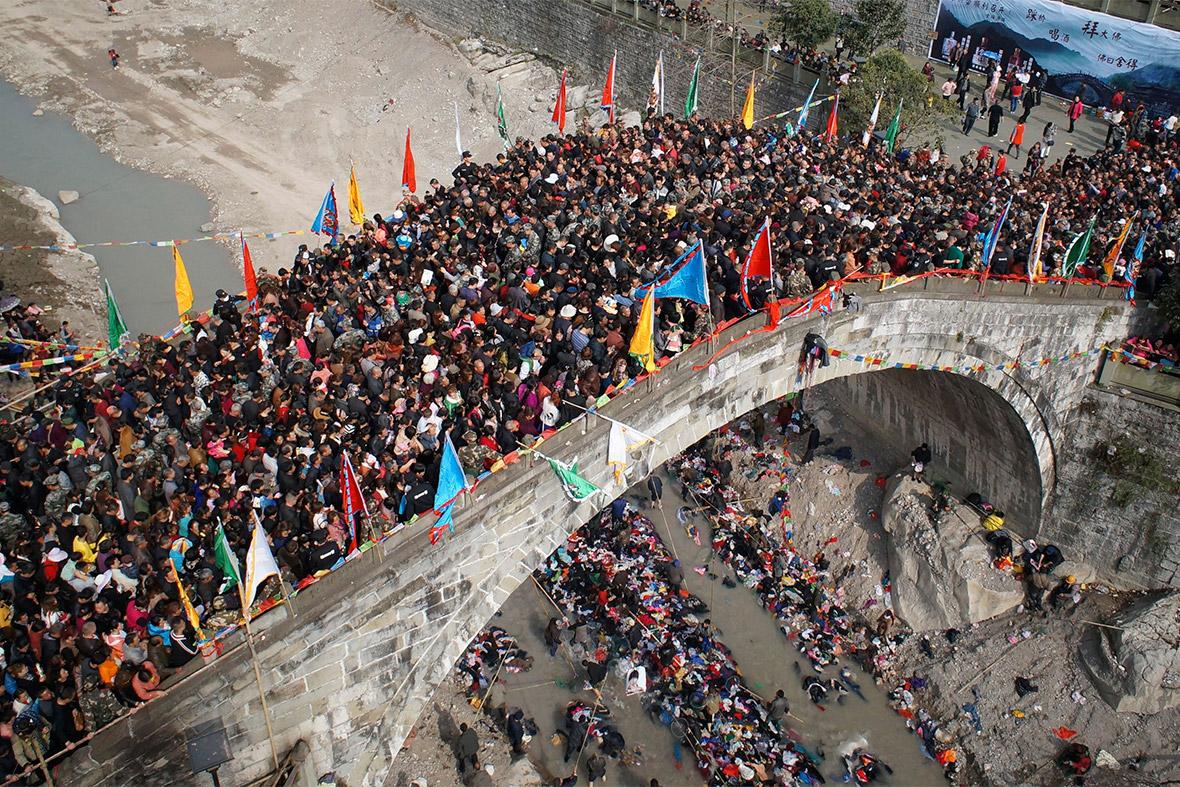 bridge crowd