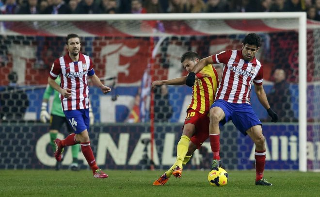 Barcelona's Jordi Alba (C) fights for the ball with Atletico Madrid's Diego Costa (R) during their Spanish first division soccer match at the Vicente Calderon stadium in Madrid January 11, 2014.