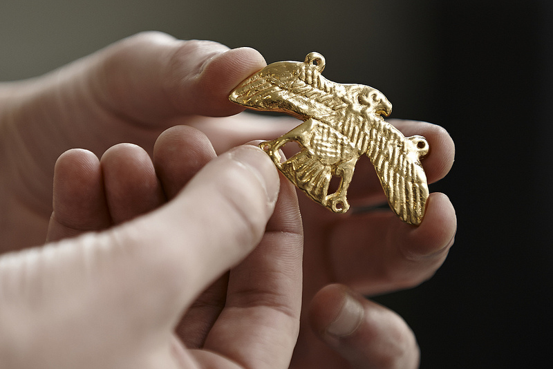 A 3D-printed falcon amulet made using data from the mummy's CT scan