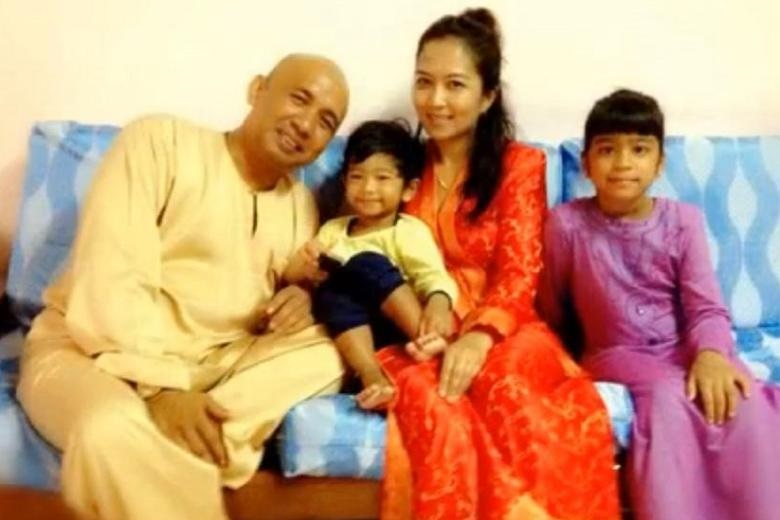 Captain Zaharie Ahmad Shah with his wife Faizah Khan and two of their three children