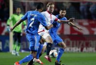 Sevilla\'s Ivan Rakitic (C) is challenged by Real Madrid\'s Xabi Alonso (R) and Raphael Varane during their Spanish First Division soccer match at Ramon Sanchez Pizjuan stadium in Seville, March 26, 2014.