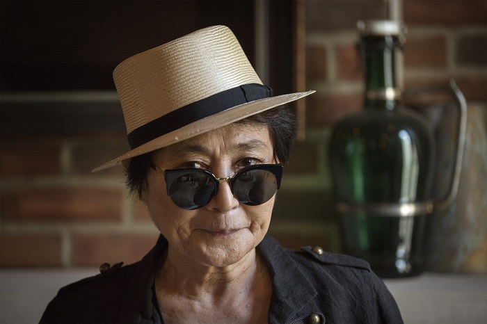 Yoko Ono's mystical musings on Twitter have become the target of Judy Murray's acerbic attacks.