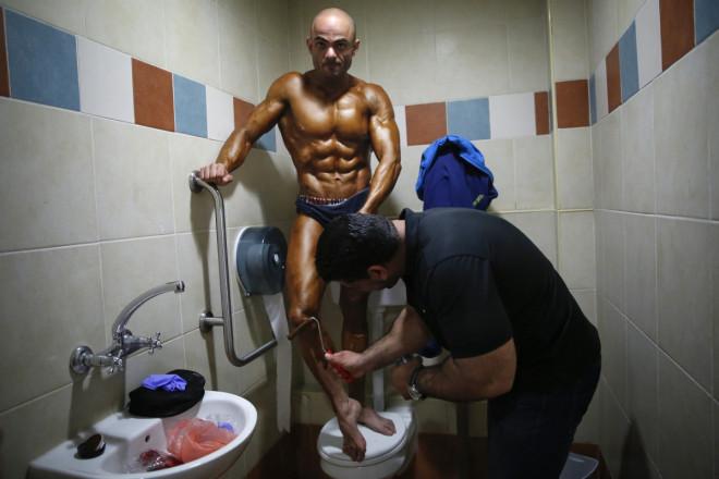 Bodybuilder, toilet Israel