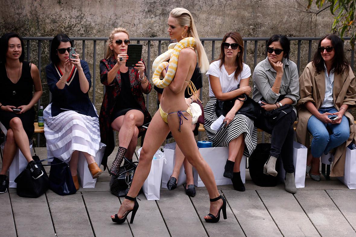 Фото иностранных проституток, голый мужчина дрочит при женщинах фото