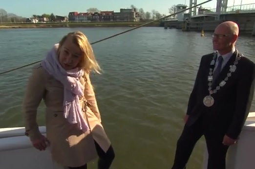tv reporter falls in sea