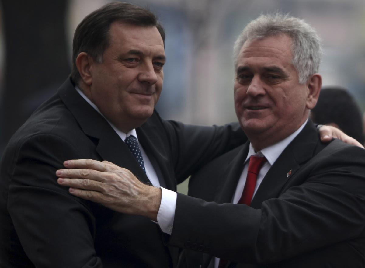 Serbian President Tomislav Nikolic (R) shakes hands with President of Republika Srpska Milorad Dodik