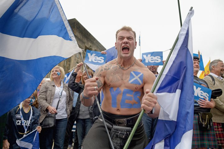 Pro-independence campaigners march through Edinburgh