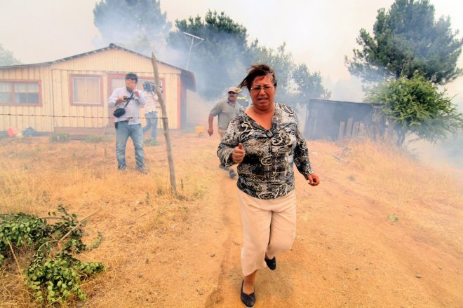 Hundreds of people were evacuated from the Chilean port of Valparaiso due to a forest fire