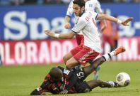 Hamburg SV\'s Hakan Calhanoglu (top) and Eintracht Frankfurt\'s Constant Djakpa (L) fight for the ball during their German Bundesliga first division soccer match in Hamburg, March 8, 2014.