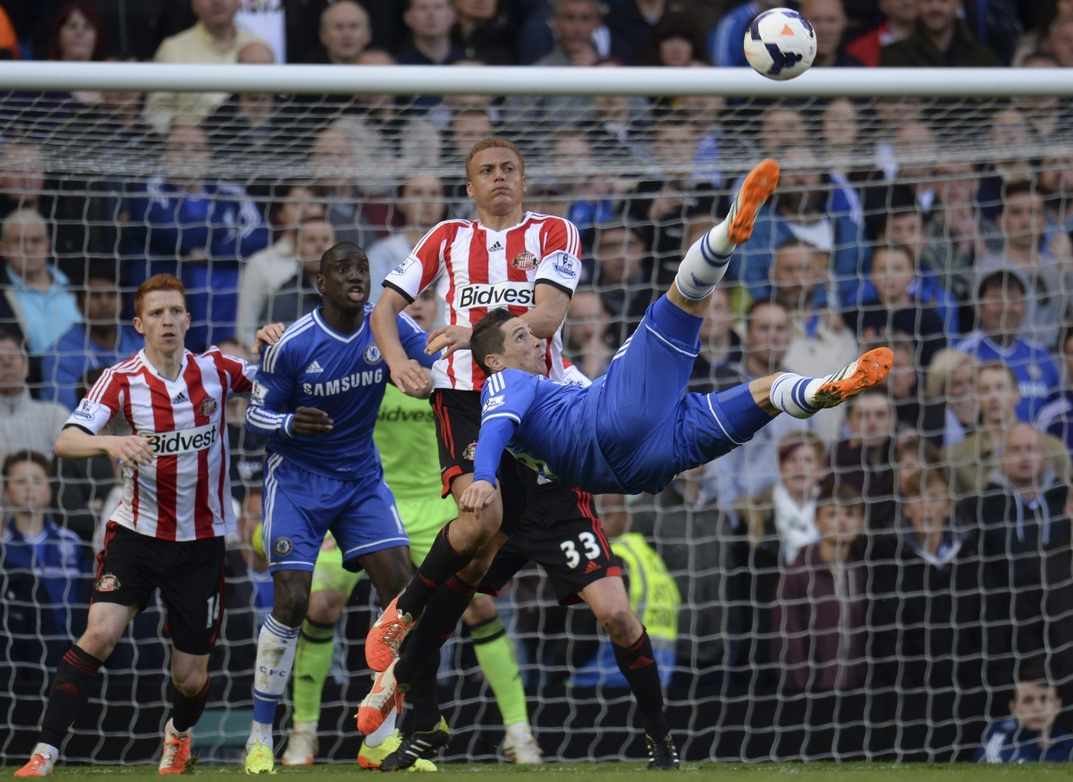 Chelsea's Fernando Torres attempts an overhead kick during their English Premier League soccer match against Sunderland at Stamford Bridge in London, April 19, 2014.