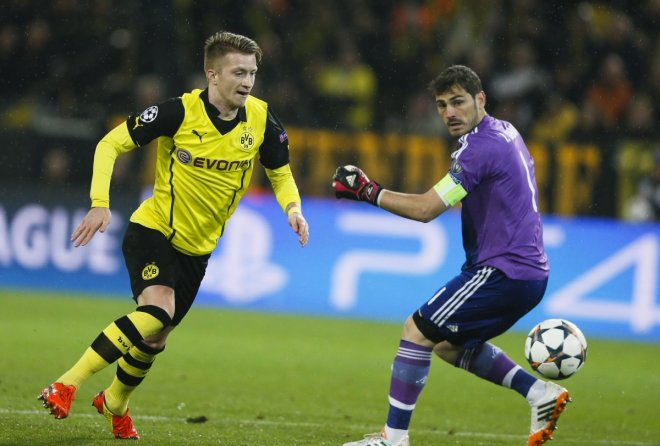 Borussia Dortmund's Marco Reus (L) scores a goal against Real Madrid's Iker Casillas during their Champions League quarter-final second leg soccer match in Dortmund, April 8, 2014.