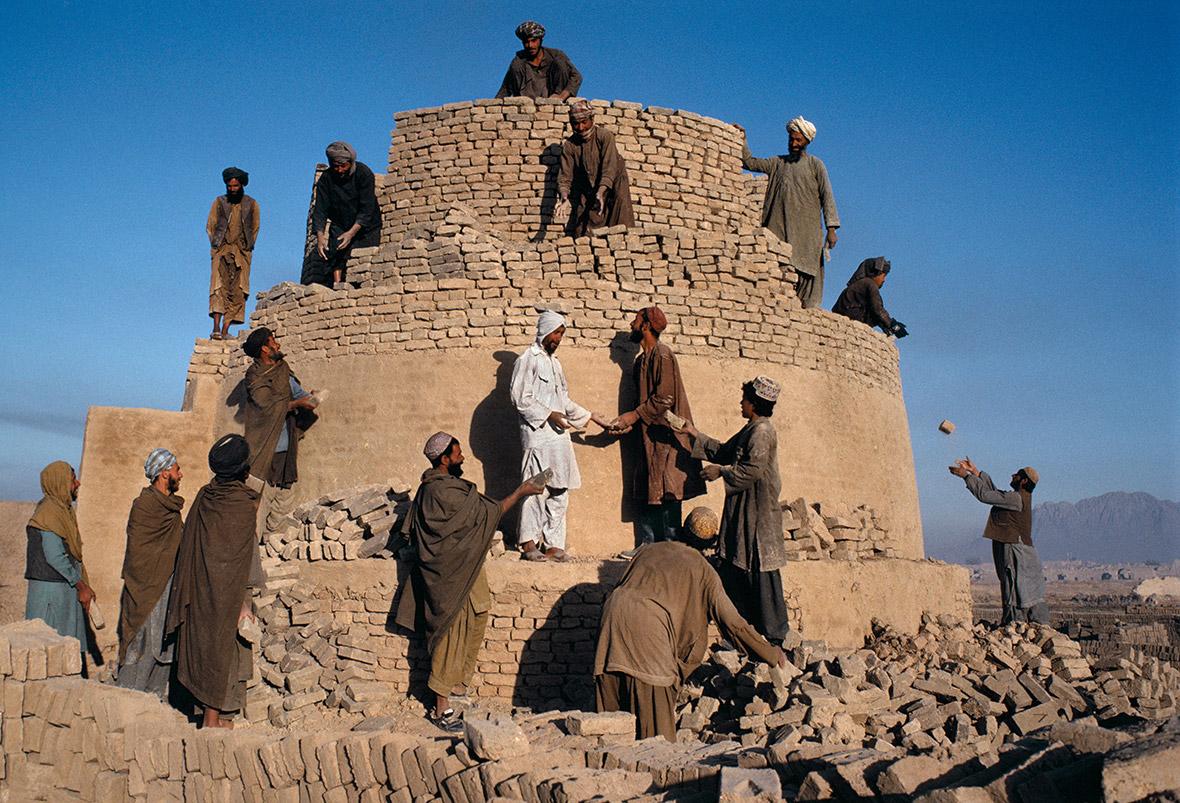 Rebuilding a kiln in Kandahar, 1992
