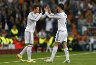 Real Madrid\'s Cristiano Ronaldo is substituted for Graeth Bale (L) during their Champion\'s League semi-final first leg soccer match against Bayern Munich at Santiago Bernabeu stadium in Madrid, April 23, 2014.