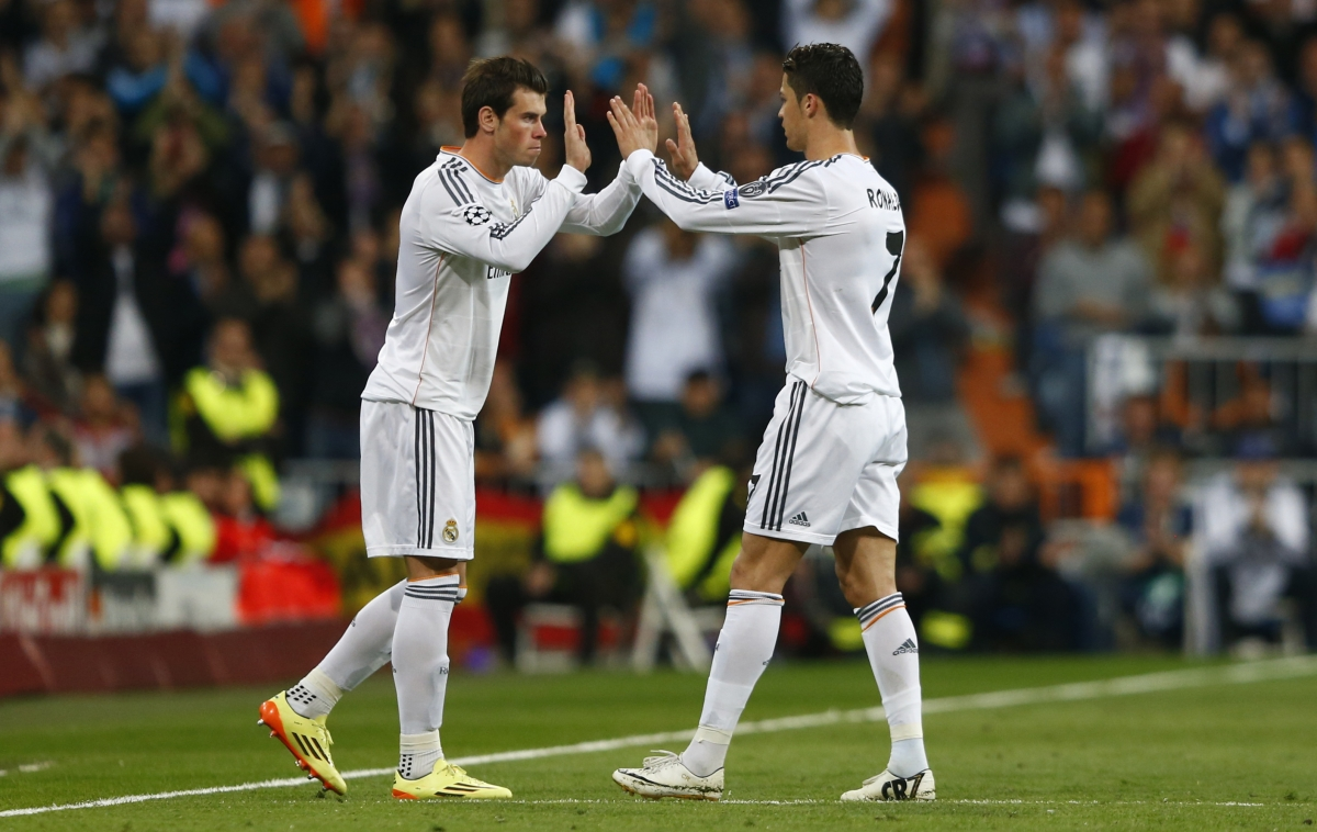 Real Madrid's Cristiano Ronaldo is substituted for Graeth Bale (L) during their Champion's League semi-final first leg soccer match against Bayern Munich at Santiago Bernabeu stadium in Madrid, April 23, 2014.