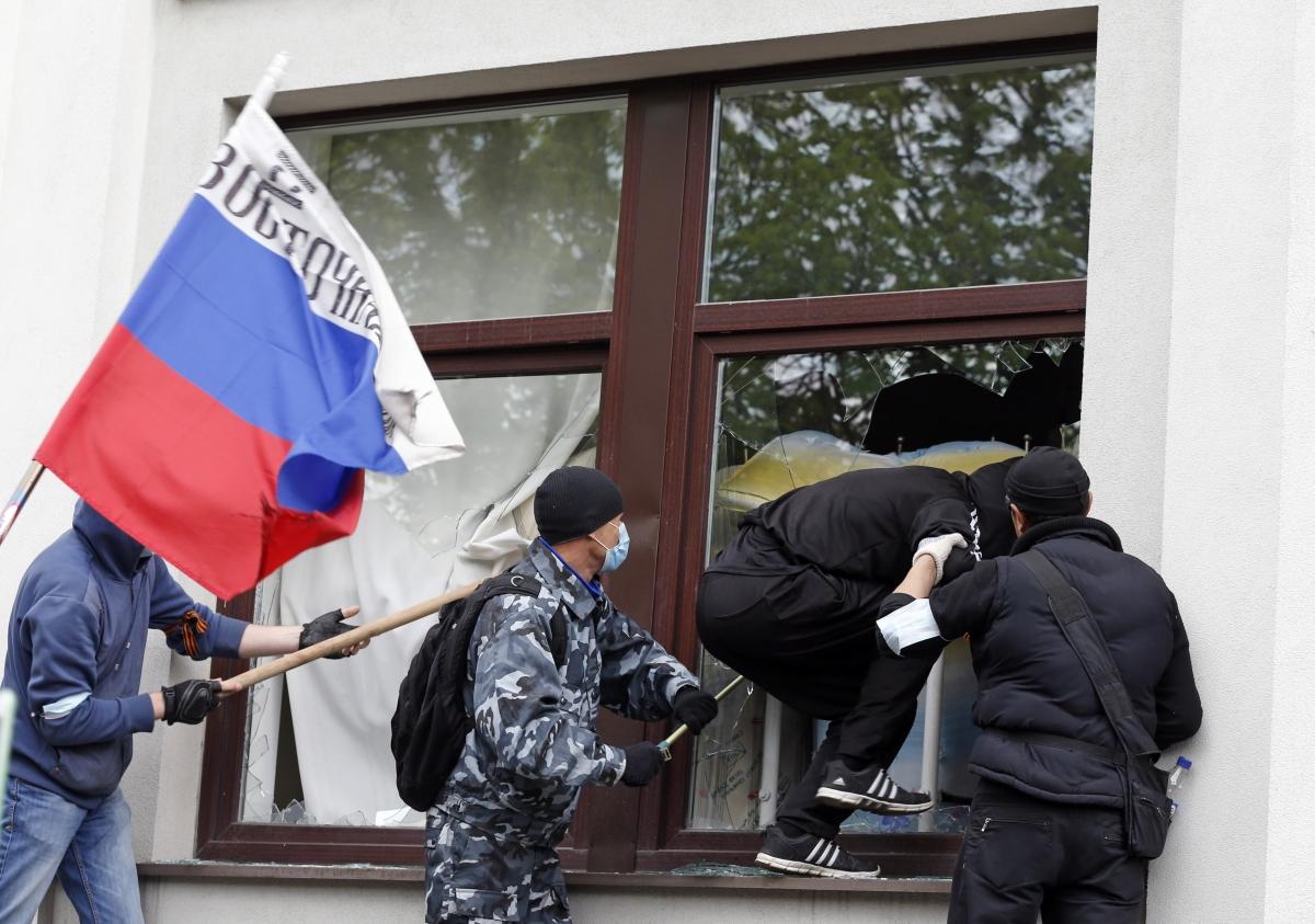 Ukraine Russia Luhansk Storm Government HQ