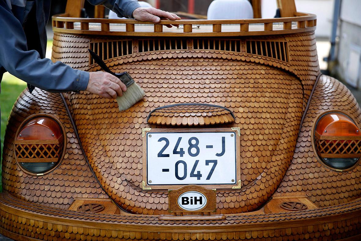 Volkswagen Garden Grove >> Wooden VW Beetle Made by Bosnian Pensioner