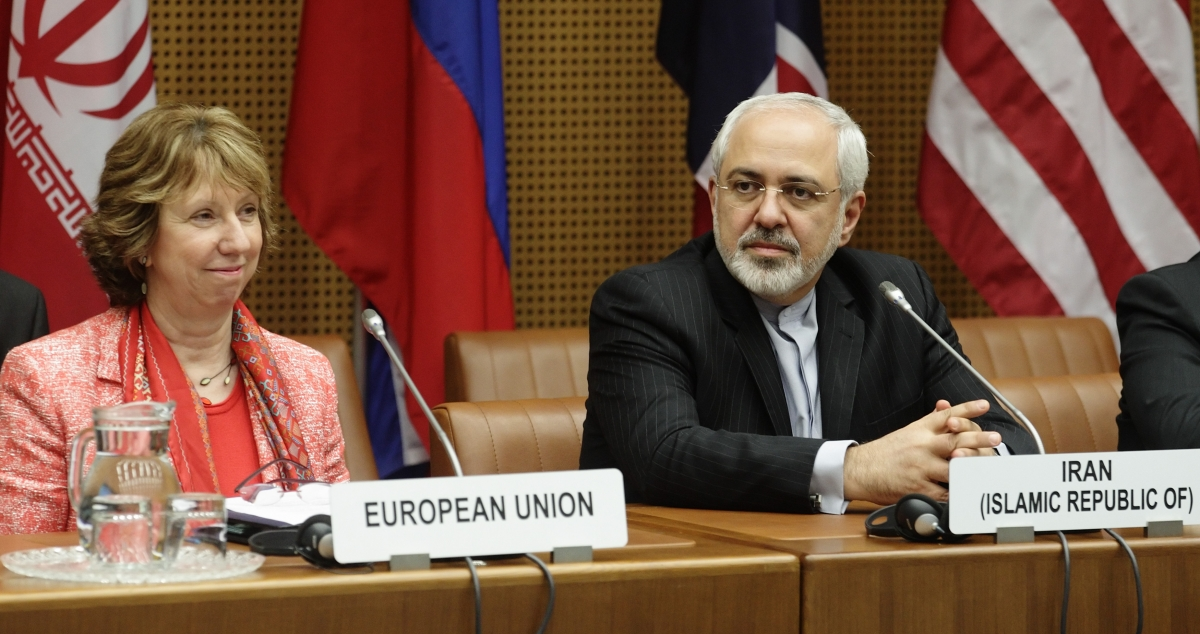 European Union foreign policy chief Catherine Ashton (L) and Iranian Foreign Minister Mohammad Javad Zarif wait for the start of talks in Vienna