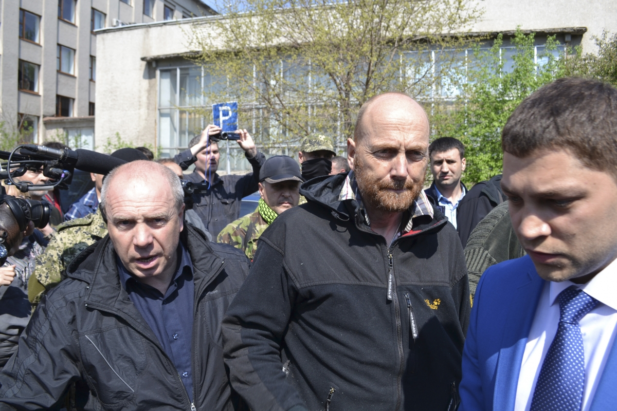 OSCE observer Axel Schneider (C) is escorted after being freed by pro-Russian separatists in the town of Slaviansk in eastern Ukraine