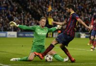 Manchester City\'s goalkeeper Joe Hart (L) blocks Barcelona\'s Cesc Fabregas during their Champions League round of 16 first leg soccer match at the Etihad Stadium in Manchester, northern England February 18, 2014.