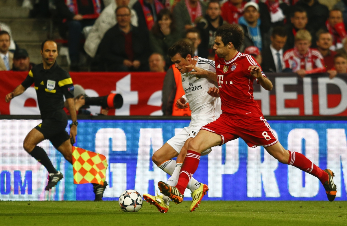 Bayern Munich's Javi Martinez (R) challenges Real Madrid's Gareth Bale during their Champions League semi-final second leg soccer match in Munich, April 29, 2014