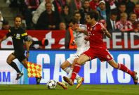 Bayern Munich\'s Javi Martinez (R) challenges Real Madrid\'s Gareth Bale during their Champions League semi-final second leg soccer match in Munich, April 29, 2014