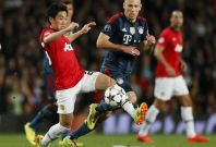 Manchester United\'s Shinji Kagawa (L) fights for the ball with Bayern Munich\'s Arjen Robben during their Champions League quarter-final first leg soccer match at Old Trafford in Manchester, April 1, 2014.