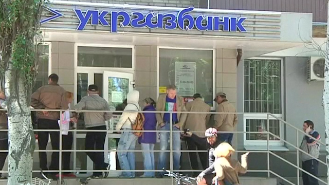 Slaviansk Residents Line Up for Scarce Cash at ATMs