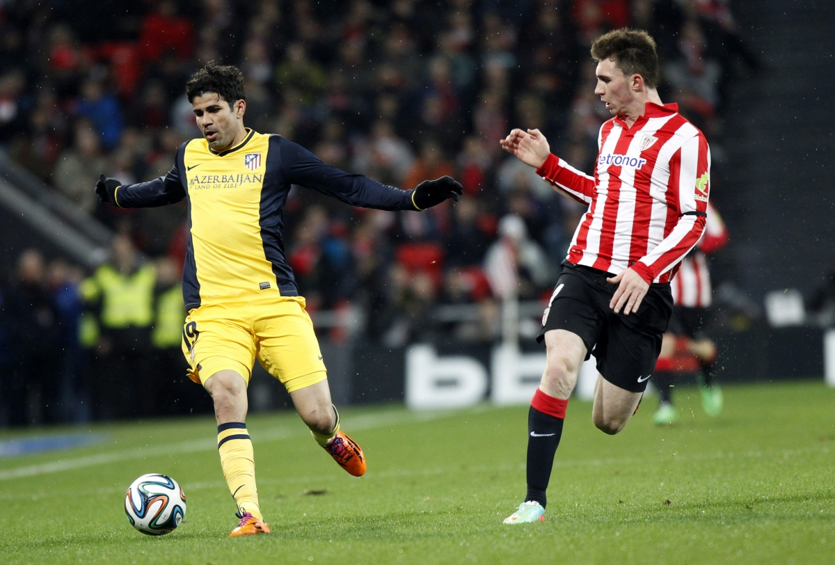 Atletico Madrid\'s Diego Costa (L) fights for the ball with Athletic Bilbao\'s Aymeric Laporte during their Spanish King\'s Cup soccer match at San Mames stadium in Bilbao January 29, 2014.