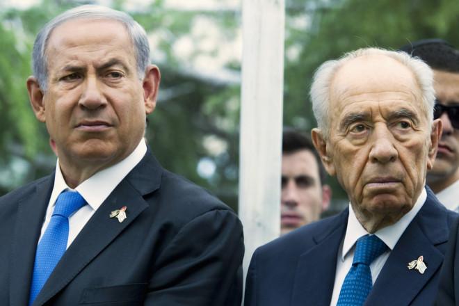 Israel's Prime Minister Benjamin Netanyahu (L) stands next to President Shimon Peres