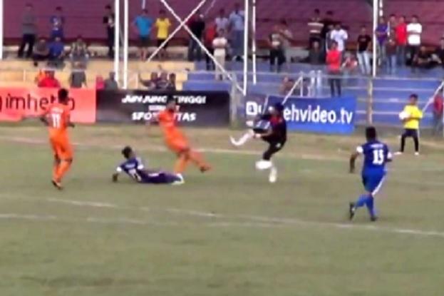 Goalkeeper Agus Rahman (in white socks) goes in on Persiraja forward Akli Fairuz in tackle which later killed Fairuz