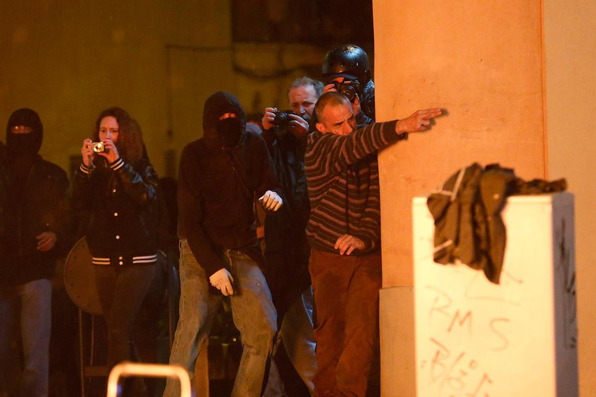 Barcelona Can Vies gun fingers