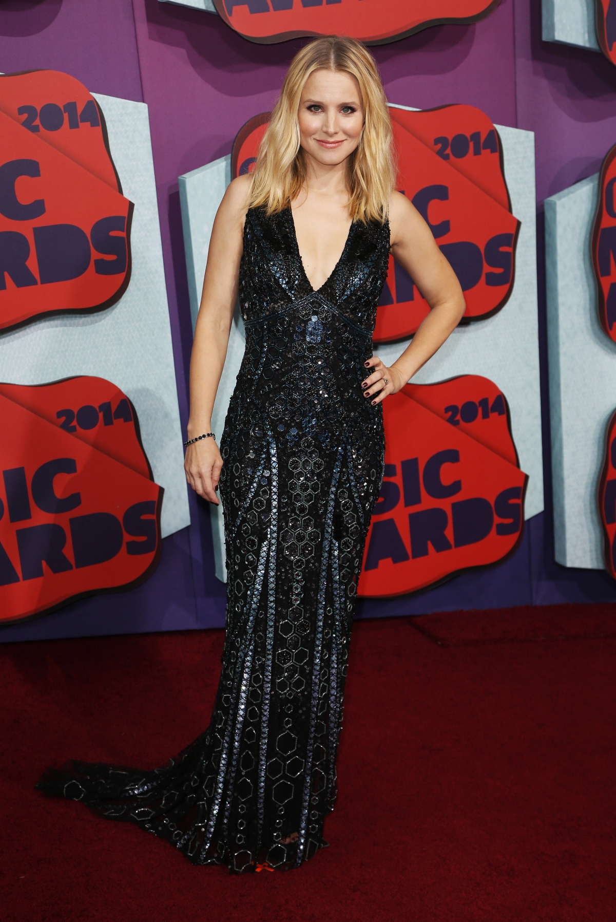 Host Kristen Bell arrives at the 2014 CMT Music Awards in Nashville, Tennessee June 4, 2014.