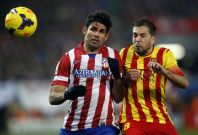 Atletico Madrid\'s Diego Costa (L) and Barcelona\'s Jordi Alba fight for the ball during their Spanish first division soccer match at Vicente Calderon stadium in Madrid January 11, 2014.